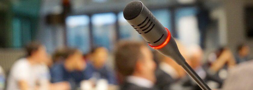 mikrofon na sali konferencyjnej